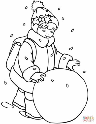 Bambina che rotola una palla di neve