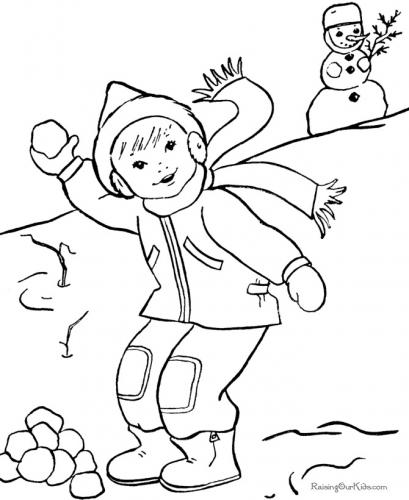 Bambino che gioca nella neve