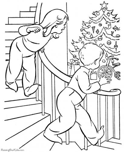 bambini trovano i regali di Natale