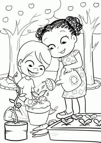 bimbi che fanno giardinaggio