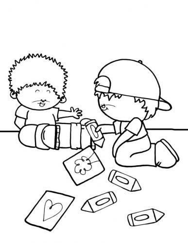 bambini che giocano a terra