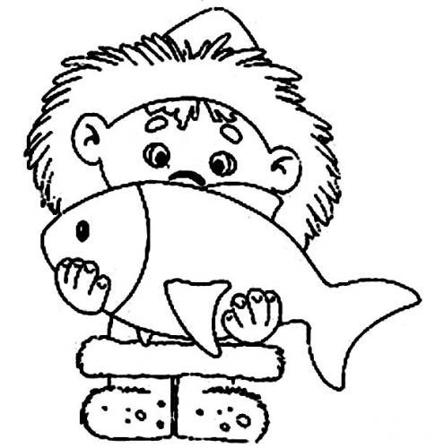bambino con un pesce in braccio