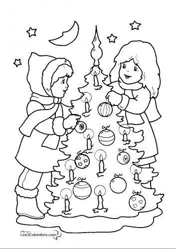 i bambini preparano l'albero di Natale